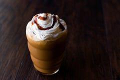 被冰的咖啡焦糖Frappe/Frappuccino用被鞭打的奶油和焦糖糖浆 免版税库存图片