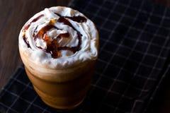 被冰的咖啡焦糖Frappe/Frappuccino用被鞭打的奶油和焦糖糖浆 库存照片