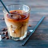被冰的咖啡用在玻璃的牛奶 免版税库存照片