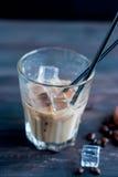 被冰的咖啡用在玻璃的牛奶 免版税库存图片