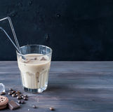 被冰的咖啡用在玻璃的牛奶 免版税图库摄影