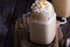 被冰的咖啡用焦糖和打好的奶油 免版税库存图片