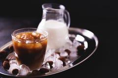 被冰的咖啡用牛奶和块菌状巧克力在玻璃 库存图片