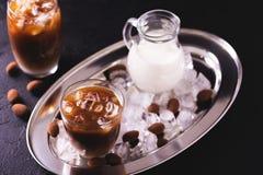 被冰的咖啡用牛奶和块菌状巧克力在玻璃 免版税库存图片