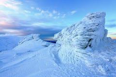 被冰的山峰在蓝天下 库存照片