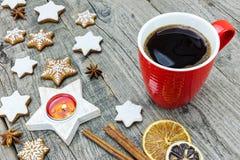 被冰的曲奇饼用桂香,切片桔子和咖啡o 免版税库存图片