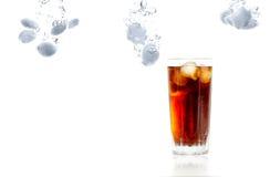 被冰的杯碳酸化合的刷新的饮料 免版税库存照片