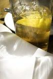 被冰的柠檬刷新的茶 免版税库存照片