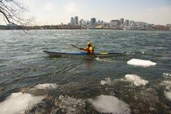 被冰的河乘独木舟 图库摄影