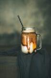 被冰的焦糖macciato咖啡用在瓶子,拷贝空间的牛奶 免版税库存图片