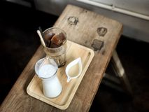 被冰的立方体咖啡和白色背景,被弄脏的背景 库存照片