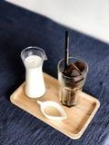 被冰的立方体咖啡和白色背景 免版税库存照片