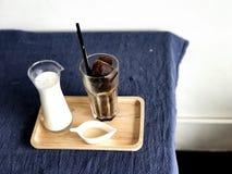被冰的立方体咖啡和白色背景 免版税图库摄影