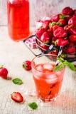 被冰的草莓饮料 库存图片