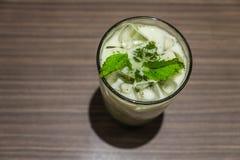 被冰的绿茶拿铁和新鲜薄荷在玻璃 库存照片