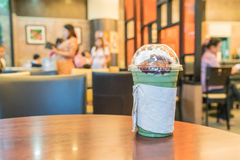 被冰的绿茶用被鞭打的奶油色和红豆 库存图片