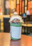 被冰的绿茶用被鞭打的奶油色和红豆 免版税图库摄影