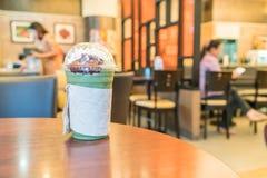 被冰的绿茶用被鞭打的奶油色和红豆 图库摄影