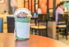 被冰的绿茶用被鞭打的奶油色和红豆 库存照片