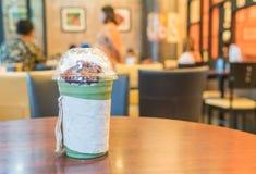 被冰的绿茶用被鞭打的奶油色和红豆 免版税库存图片