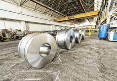 被冷轧的钢在准备好的贮存区盘绕哺养到机器 免版税库存照片