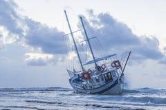 被击毁的小船在罗得岛希腊放弃了在海滩的立场 库存图片