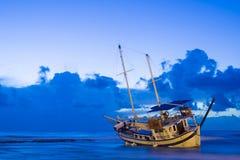 被击毁的小船在罗得岛希腊放弃了在海滩的立场 图库摄影