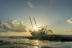 被击毁的小船在罗得岛希腊放弃了在海滩的立场 免版税图库摄影