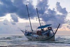 被击毁的小船在罗得岛希腊放弃了在海滩的立场 库存照片