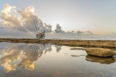 被击毁的小船在罗得岛希腊放弃了在海滩的立场 免版税库存图片