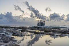 被击毁的小船在罗得岛希腊放弃了在海滩的立场 免版税库存照片