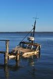 被击毁的小船木 库存照片