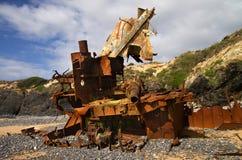 被击毁的推者小船凋枯了对在海滩的片断 库存照片