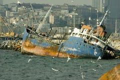 被击毁的船在伊斯坦布尔 免版税库存照片