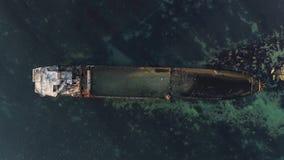 被击毁的船的空中顶视图沿在大海的岩石海岸 射击 在海岸,看法附近的老下沉的小船从 股票录像