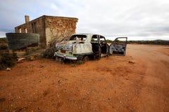 被击毁的被放弃的汽车房子 免版税库存图片