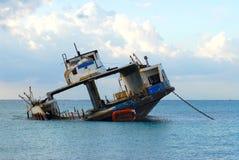 被击毁的载汽车轮船 免版税库存照片