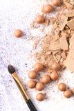 被击碎的化妆粉末顶视图与刷子的 免版税库存图片