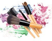 被击碎的混杂的颜色组成粉末化妆用品 刷子组成 免版税库存图片