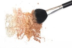 被击碎的粉末bronzer脸红并且搽粉在白色背景的刷子 免版税库存照片