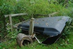 被击碎的老卡车盖帽在森林里 库存照片