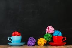 被分散的颜色杂乱起皱纹的纸球 库存照片