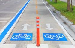 被分离的蓝线骑自行车者的城市交通路的,泰国自行车道 免版税库存照片