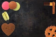 被分类的不同的微型蛋糕 Waffels和饼干 免版税库存照片