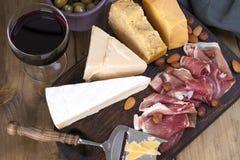 被分类的乳酪、肉、酒在玻璃和橄榄 党的一顿可口意大利快餐 在视图之上 复制空间 免版税库存图片