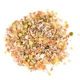 被分类的五谷和脉冲在白色背景,堆,顶视图混合 冬天食物包括分裂豌豆、红色和黄色 库存照片