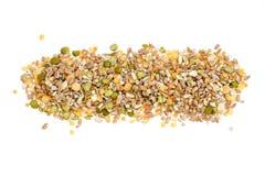 被分类的五谷和脉冲在白色,顶视图堆积 冬天食物包括分裂豌豆,红色和黄色扁豆,珍珠 免版税库存图片