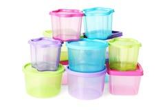 被分类的五颜六色的塑胶容器 免版税库存图片