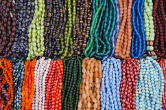 被分类的五颜六色的小珠和首饰,麦拉坡,金奈,泰米尔纳德邦,印度 免版税库存图片