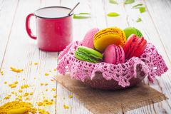 被分类的五颜六色的甜柔和的软的法国蛋白杏仁饼干点心蛋糕macarons 免版税库存照片